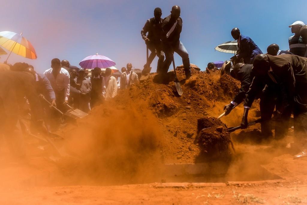 Voorbereidingen voor de begrafenis van een man in een township in Zuid-Afrika