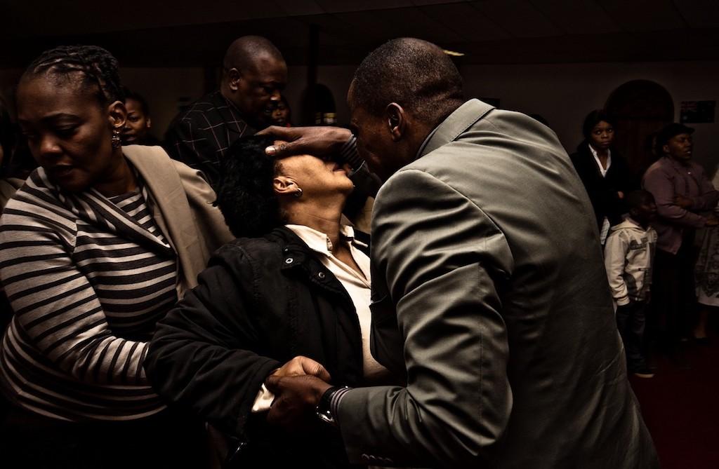 Volgelingen in een kerk in Evaton in Zuid-Afrika