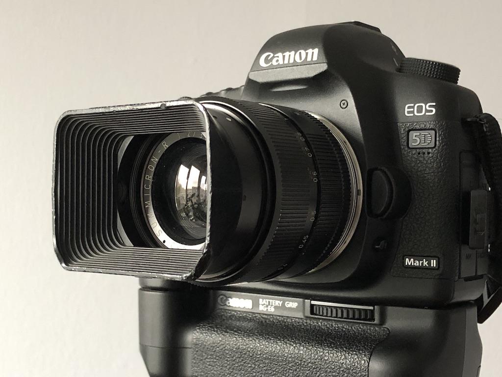 Een Leica Summicron 35mm f2.0 op een oudere Canon DSLR.