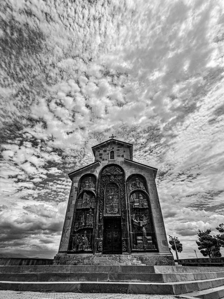 kerk met wolkenlucht